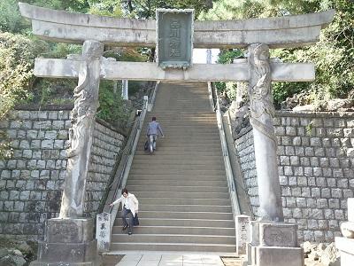 品川神社の入り口の鳥居(双龍鳥居)
