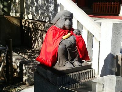 日枝神社の神猿像(左)