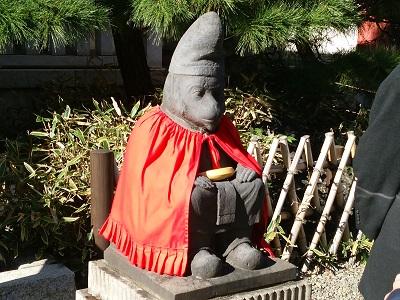 日枝神社の神猿像(右)